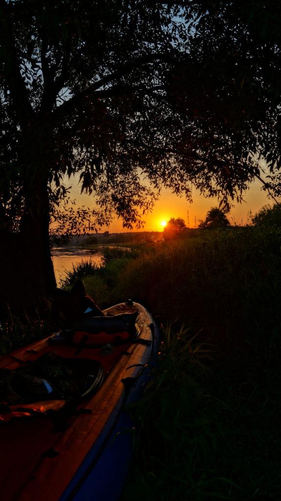 Faire du kayak au coucher du soleil
